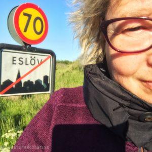 Jag vid skylt med Eslöv och hastighetsskylt med 70.